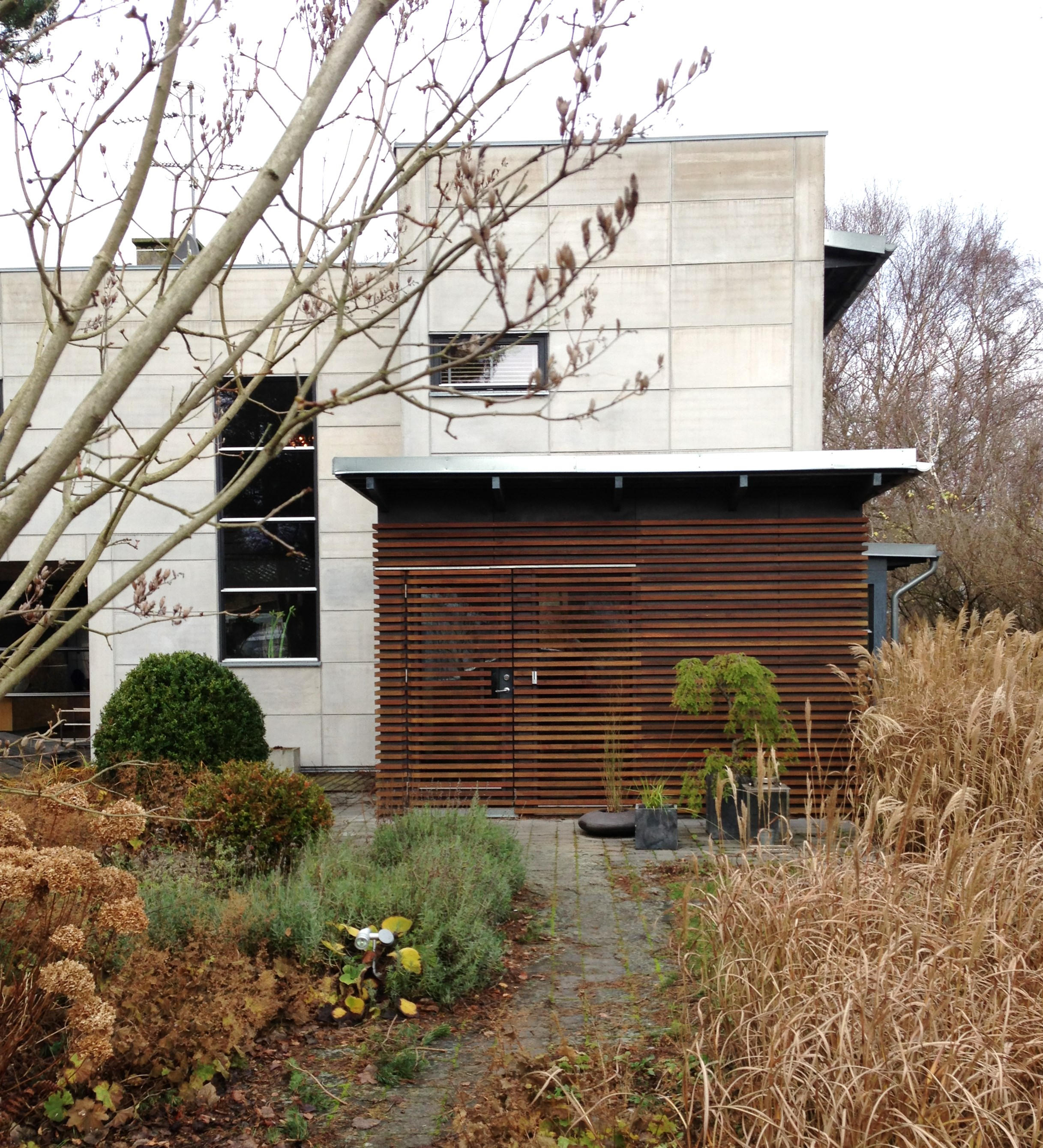 Hus-fasad-trädgård-